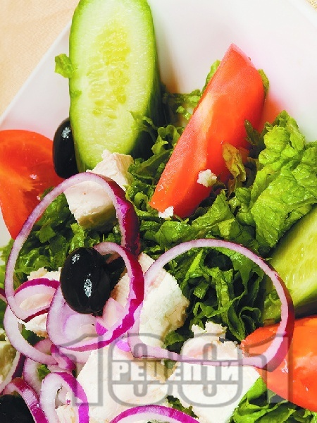 Гръцка салата домати, краставици и маруля със сирене Фета - снимка на рецептата